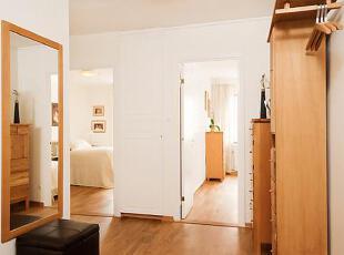 墙面上一个大大的装饰镜,给主人一个良好的形象。,75平,12万,公寓,简约,原木色,白色,