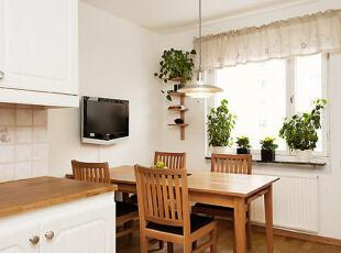 餐桌上的窗台上,几盆绿色的植物蓬勃生长,也会增加食欲。,75平,12万,公寓,简约,原木色,白色,餐厅,