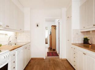 厨房里面都有非常现代化的工具,和存储空间,美丽的橡木白色的瓷砖,都很有清新风气。,75平,12万,公寓,简约,原木色,白色,厨房,