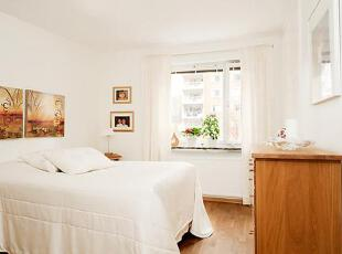 卧室里可以俯瞰宁静的庭院和窗口,里面有一张双人床,和一些存储空间的家具。,75平,12万,公寓,简约,原木色,白色,卧室,