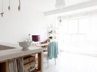 60平的房子需要精心装扮,多出来的客厅围墙实质是隐藏收纳柜,将杂物统统放进去,给工作室更宽阔的空间。靠窗的工作室被一片白光笼罩,有种淡淡的温暖。,60平,3万,小户型,欧式,简约,宜家,白色,