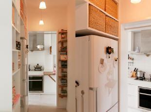 打开黄色吊灯,小小的厨房沐浴在一片温馨之中。,60平,3万,小户型,欧式,简约,宜家,白色,厨房,