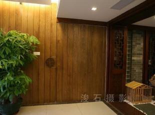 """门的拉手是一个抽象的""""寿""""字,而门采用了传统的""""榫卯""""的形式。客厅的背景采用原色的水曲柳木,利用它原始的清晰的纹理做为空间朴素的背景。一般的板材只有2.44米。为了中间没有接口,还特意从鱼珠木材市场去定回来的。,"""
