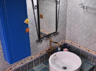 细看这间浴室的小件,海星、海鱼等,走进浴室就能感觉到浓烈的地中海风
