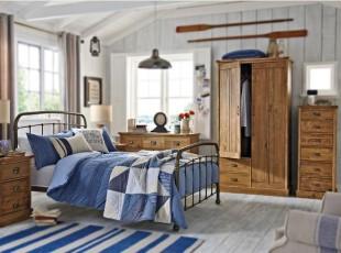 有人说蓝色给人忧郁的感觉,还有一种蓝色可以给人稳重成熟感,比如这间卧室,加上它原木的床柜,可以从小培养男孩的稳重气质。