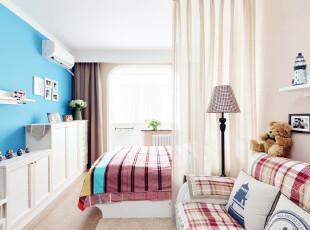 这间有点海洋风格的小户型客厅和卧室,在颜色搭配上很明亮爽朗,在纯白的主色调上用天蓝色和水红色作为二次背景色,使得色彩层次分明,整体颜色也很饱和丰润。