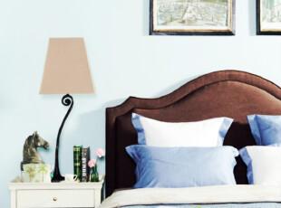 蓝色和棕色一个颜色较冷一个颜色较温,二者的搭配能使得卧室色温达到平衡~