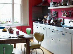 小户型的多彩连体厨房餐厅