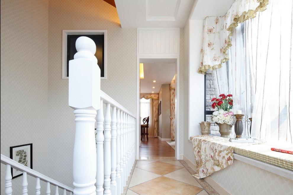 门窗上半部多做成圆弧形,并用带有花纹的石膏线勾边.