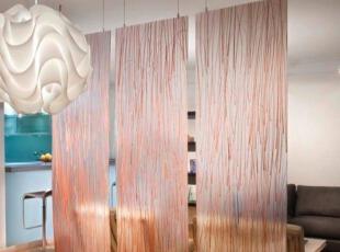 粉色布帘隔断客厅和餐厅