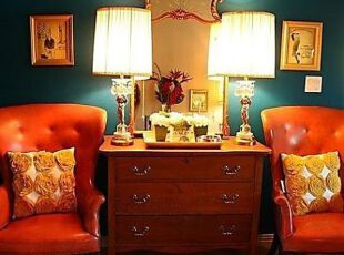 艳丽红黄蓝色彩搭配的客厅一角