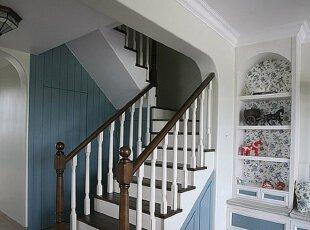 隐藏于楼梯间的储物柜