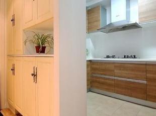 玄关储物柜及厨房的图片