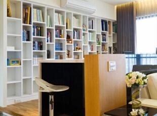 书房和吧台合为一体