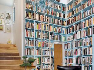 楼梯处的开放式书房