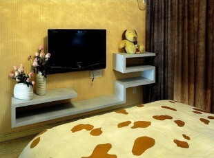 卧室电视背景墙上的多折搁架