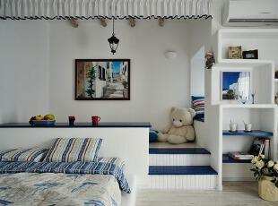 蓝白条纹打造的地中海风格卧室