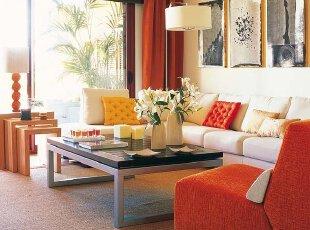 热情的橙色元素,与白色家具和墙壁,表达出时尚现代的前卫宗旨。贵妃椅取代了传统的对沙发,更形成客厅里的视觉焦点。