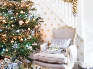楼梯下的圣诞节装饰