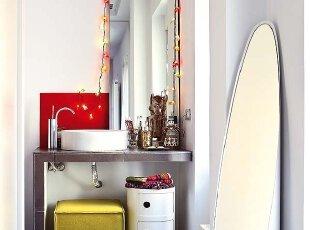红色和灰色设计现代卫生间