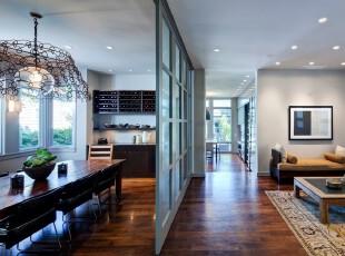 客廳和餐廳間玻璃門的隔斷作用