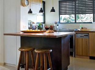黑白厨房原木色吧台设...