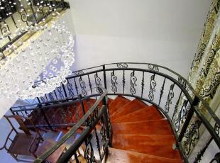 铁艺和原木组合的欧式复古楼梯