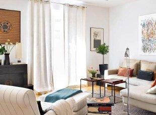 墙上的字画和具有中国古代特色的家具,为生活增添了一丝淡雅的怀旧感。斜对现代抽象画,鲜明的对比烘托出客厅中西混搭的时尚氛围。