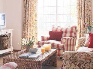 花卉图案显华丽 得益于客厅白墙