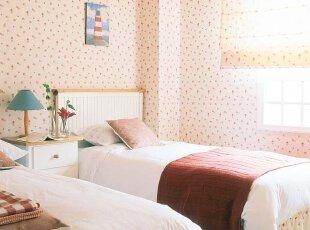 点缀着花朵的壁纸,衬托出浪漫的田园氛围。将粉色作为卧室的色彩基调,有利于营造宁静舒适的睡眠环境。阳光陪伴着的清晨,多惬意!