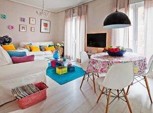 赤橙黄绿青蓝紫,谁持彩练当空舞。美好生活,多姿多彩,热热闹闹欢聚一堂,客厅一派欢乐祥和的景象。以鲜花为主题的装饰,为空间渗入了艺术的气质,不知不觉就陶醉其中。