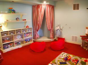红色地毯装饰的儿童房