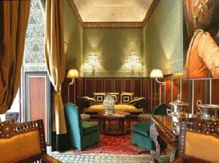 红色波斯地毯装饰的新古典客厅