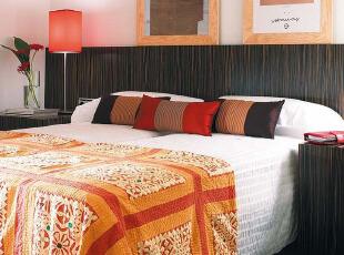 相同材质床头板、床头柜和墙壁装饰特色卧室