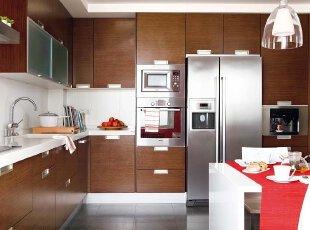 咖啡色的实木橱柜传递着简洁优雅的现代厨房设计理念,仿水泥地面的大块地砖让烹饪的感觉更无拘无束。