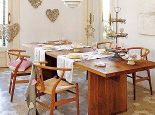 墙面上、点心架里、空间中,随处可见的心形图案流露出浪漫的气息,简约的木质桌椅展现出原始的美感,这样的餐厅,让人感到赏心悦目。
