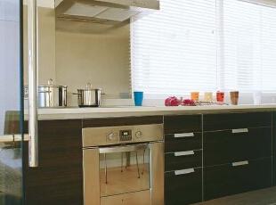 与阳台遥遥相望,厨房好在有一扇大窗户,满足空间深处的采光。