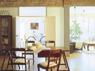 占据空旷餐厅 宽敞空间用餐