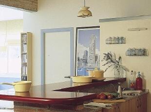 卫生间的门似乎隐藏到了墙壁上,素雅的蓝色门框画龙点睛。吧台内的厨房空间虽小,却功能齐全。