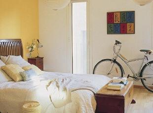 亮黄暖调卧室 实用行李储物箱