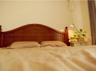 素色的、原木色的、清新绿色的,卧室内营造出了一个舒适的睡眠氛围。