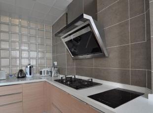 玻璃砖促进厨房和过道互相采光