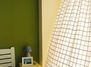 纯朴的卧室 红格棉窗帘