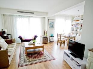 原木色地面与白色墙面构筑温馨客厅