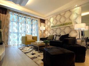 镜面装饰扩大视觉空间感,两张黑色储物凳加强了客厅的收纳功能。