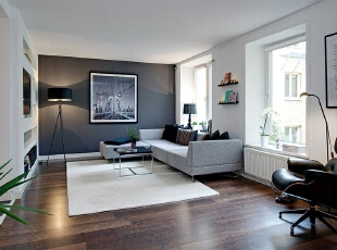 从纯白、米白、浅灰、深灰过渡到纯黑,整个客厅呈现出十分丰富的层次感,配上简约的现代家具,极具质感。