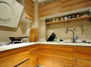 原木纹的厨房橱柜非常的清新。