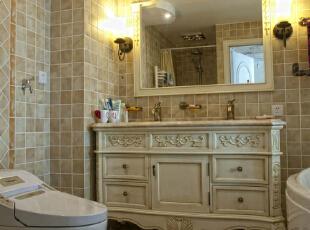 淡雅的瓷砖贴饰出素雅的墙面和地板,给卫生间带来恬淡的田园色彩,象牙白的浴室柜与镜框也是成为卫生间装修设计的亮点,使得整个空间尽展高雅魅力。