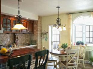 贴着淡咖啡色的小方格瓷砖的橱柜背景墙,搭配红木色的橱柜,古典田园风格厨房设计让人倍感清新舒爽。