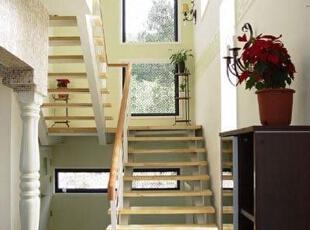韩剧《浪漫满屋》中精致的别墅设计,小小的楼梯过道设计也是如此费心思,原木色的楼梯同白色的墙面绝美搭配,墙面上布置的几盏欧式挂灯,也起到不可忽视作用。